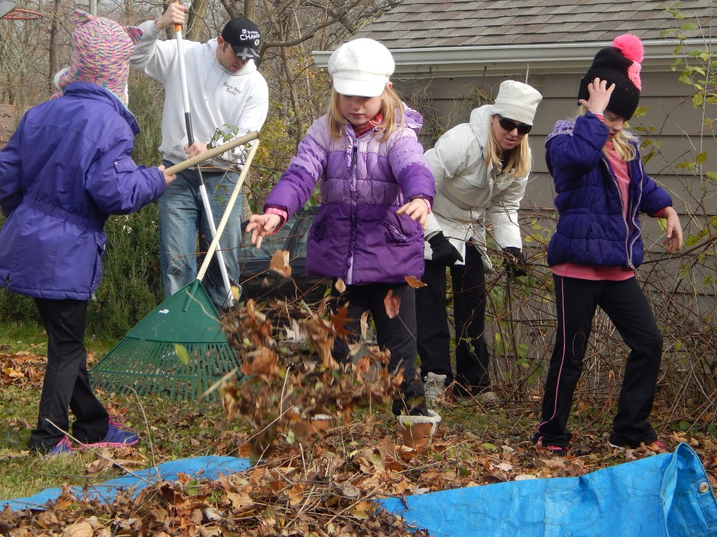 The fall season offers many opportunities to volunteer outdoors. (Photo by Caroline Roers)