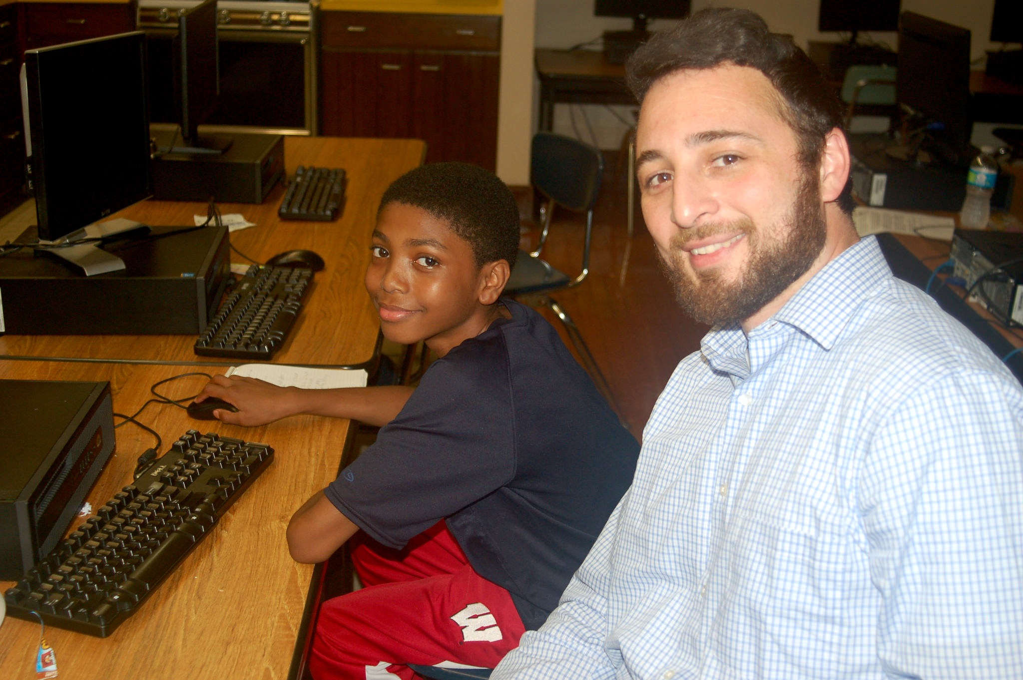 Ben Juarez (right) helps eighth-grader Allen De Windt with his project. (Photo by Edgar Mendez)