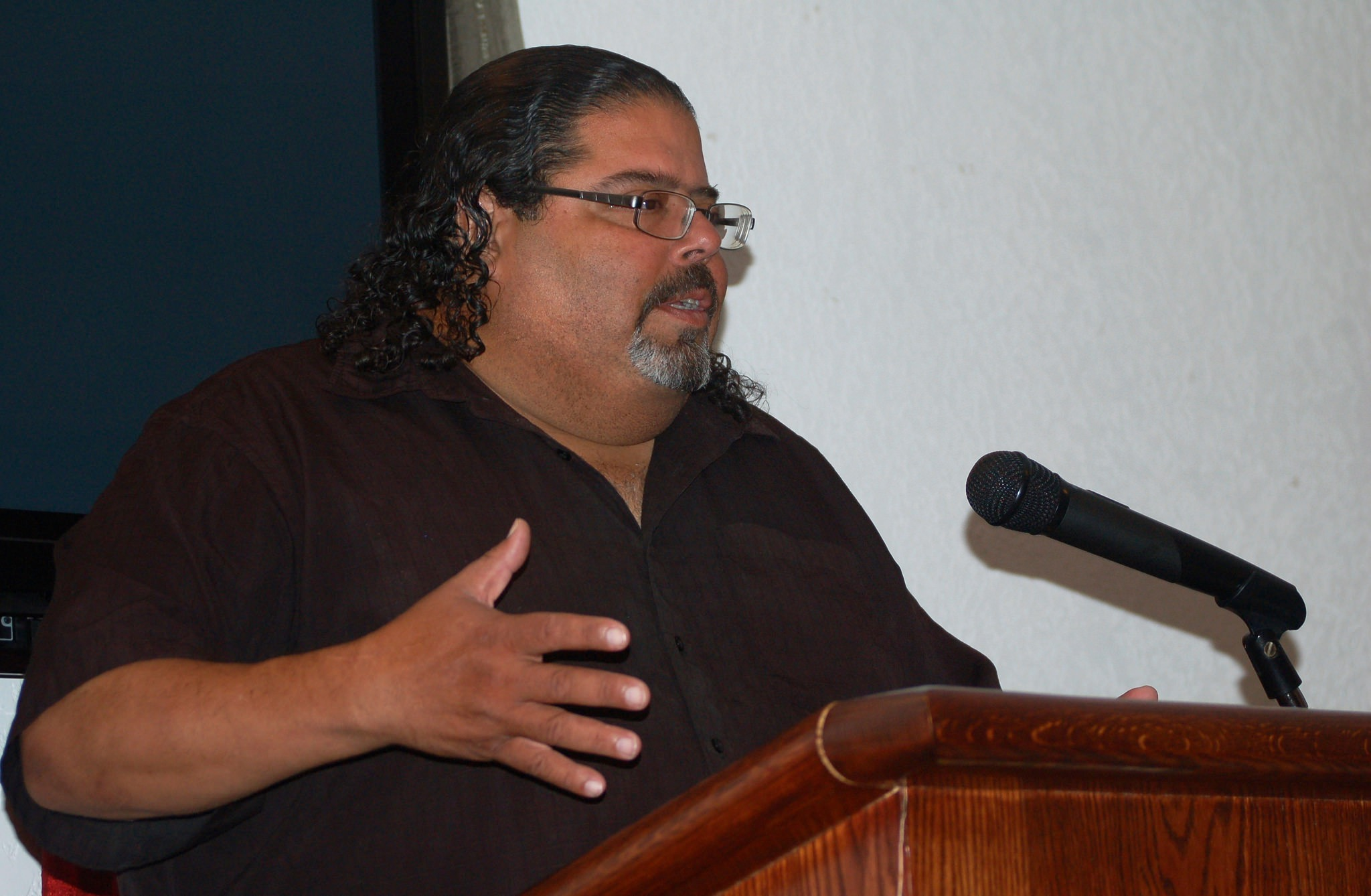 Roberto Miranda, a representatives of Freshwater for Life Action Coalition (FLAC), warned residents about elevated lead levels in their household water during a recent public meeting. (Photo by Edgar Mendez)
