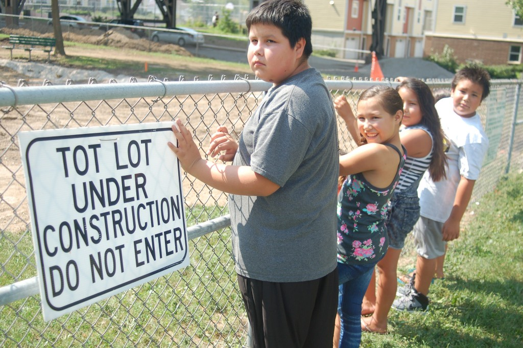 Neighborhood children anxiously await the reopening of Arlington Heights Park, 3429 W. Pierce St. (Photo by Edgar Mendez)